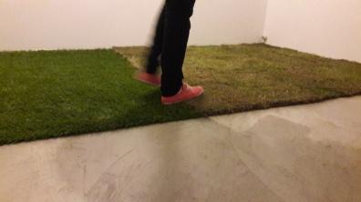 Vista da instalaçao verde-grama - grama sintetica e grama natural